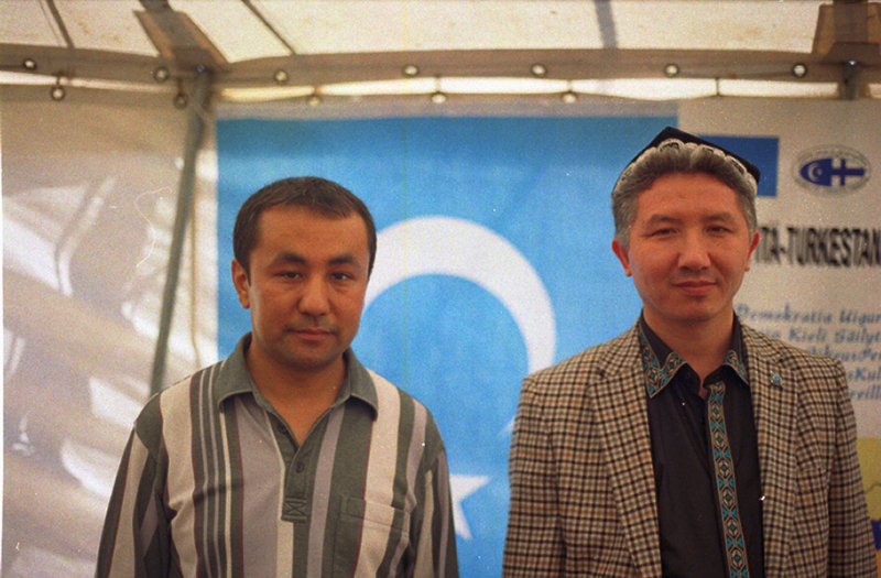 Heytahun Memtimin (38, East-Turkmenistan , on the right) <br> <small>Living since 2 years in Helsinki, both represent an association to inform about the Culture, Tradition of this minority in China. They wish themselves more democracy and rights recognition for their people. </small>